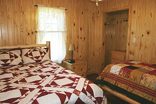 Second bedroom with two beds in Star Falls Resort Cabin